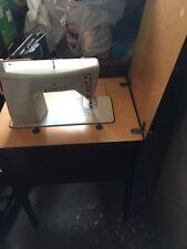 Macchina da cucire Singer 702 elettrica con pedale completa di tavolo lavoro