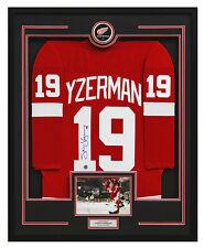 Steve Yzerman autografiada Detroit Red Wings 36x44 pantalla con marco Réplica Jersey