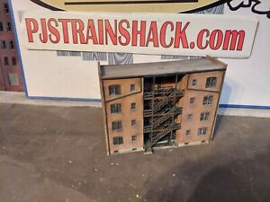 HO Scale Building Walthers Parkview Tenement Background Built Weathered