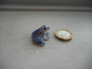 FROG - BEAUTIFUL - DETAILED TINY MINIATURE  POTTERY BLUE & WHITE FROG