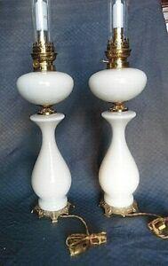Ancienne paire de lampe opaline crème a pétrole montée a l électricité