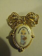 😁  1999 PRECIOUS MOMENTS ORNATE BOW PIN, BROOCH w/CHANGEABLE DANGLE PENDANT! 🚺
