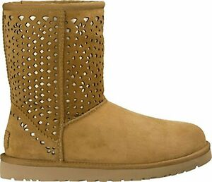 UGG  CLASSIC SHORT FLORA PERF CHESNUT
