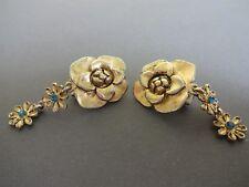 BOUCLE D'OREILLE CLIP PENDANTE,rose métal doré, breloque fleur,coeur strass bleu