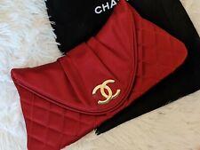 Chanel CC Rojo Satinado Acolchado Medialuna Embrague