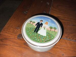 VILLEROY AND BOCH NAIF BRIDE / GROOM WEDDING SCENE PORCELAIN TRINKET BOX - 7.5CM