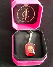 NIB Juicy Couture Oro & Cristallo Rosso Ciondolo Con Teschio Inciso Logo