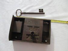 serrure ancienne XIXe avec une clé qui ouvre dans son jus 20 X 12 cm