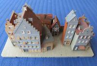 Für H0 Slotcar Racing Modellbahn -- gebaute Häusergruppe, teilweise beleuchtet