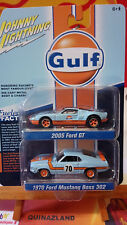 Johnny Lightning Pack Gulf 2005 Ford GT 1970 Ford Mustang Boss 302 (N24)