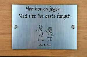Norwegian Her bor en jeger Door Sign Plaque Personalised Stick Family House Name