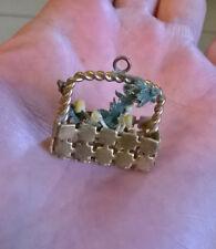 Ancien pendentif en métal doré, petit panier miniature, fleurs (bijou enfant)