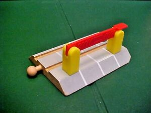 THOMAS & FRIENDS WOODEN TRAIN LEVEL GRADE / TRAIN CROSSING WITH GATE