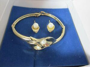 Avon 2007 Gold tone Calla Lily Bracelet & Earrings Gift Set New Never Worn Small