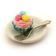 Miniatura Fondant 3 Rosa Cupcake en una taza de papel azul en una placa con un tenedor