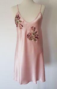Negligé kurz Seidensatin rosa elegante Stickerei schmale Träger Tragekomfort