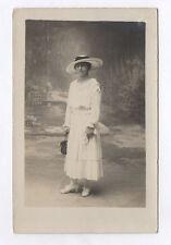 RPPC Postcard CARTE PHOTO Studio Femme Robe blanche Chapeau Bourse Vers 1920