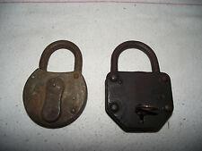 2 alte Vorhängeschlösser mit 1 Schlüssel