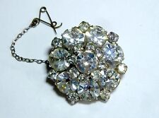 A VINTAGE 1950s SILVER TONE BROOCH WITH CLAW SET WHITE DIAMANTES
