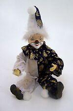 Lustige Clownspuppe mit coolem Anzug und Mütze Biegefigur 34 cm sitzend