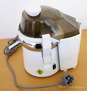 L'Equip 110.5 Centrifugal Pulp Ejector Juicer complete with colour recipe book