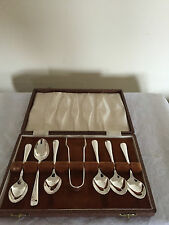 LOVELY SET OF 6 SILVER PLATED COFFEE SPOONS & TONGS IN A BROWN FAUX CASE(Ref 44)