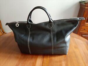 Un sac besace Longchamp de couleur noire tout cuir jamais utilisé.