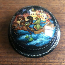 Russian Kholui Lacquer Miniature Gold Painting Troika Round Box 1998 Signed