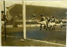 PHOTO match de foot footballeurs en action sur le terrain équipe sport but 1950
