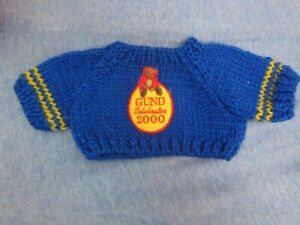 "CUTE '00 PLUSH BEAR CLOTHING: blue 'GUND 2000' knit SWEATER w/patch Fit 10""-15""?"