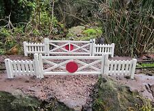 CROSSING GATES AND EIGHT FENCE PANELS GARDEN RAILWAY 16MM SCALE