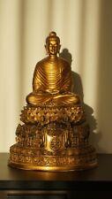 Bouddha assis sculpté dans la pierre de basalte du Myanmar