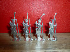 B41 PLAT D ETAIN = 4 SOLDATS EN MANTEAU ARME DEVANT EUX