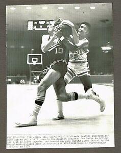 1971 7x10 AP Wire Photo Seattle Supersonics vs. Houston Rockets NBA Game #60