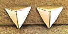 Boucles d'oreilles clips triangles émaillés écrus relief en métal doré earrings