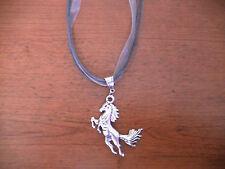 collier organza gris avec pendentif cheval argenté 51x43mm