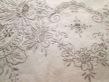 Très belle nappe et serviettes trés  brodés