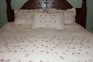 Laura Ashley Quilted Bedspread Coverlet & Pillow Shams Extra Long Queen w Roses