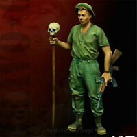 1/35 Soldier Hold Skull Bar Resin Figure Unpainted Model Kits GK Unassembled