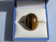 VINTAGE 9CT YELLOW GOLD + OVAL CABOCHON TIGER'S EYE RING - 4.7g - SIZE J 1/2