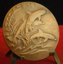 Médaille Dauphins Dolphins Fish Animal zeppelin Zodiac 1968 par C Emmel Medal 铜牌
