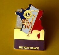 Pin's Lapel pin LIONS CLUB INTERNATIONAL CARTE DE FRANCE MD 103 COQ ZAMAC Signé