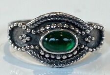 UNUSUAL STERLING SILVER EMERALD GREEN COLOURED STONE RING Size O