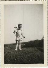 PHOTO ANCIENNE - VINTAGE SNAPSHOT - ENFANT MODE FLEURS DRÔLE - CHILD FLOWERS