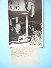 PHOTOGRAPHIE DE PRESSE 1938 LUCIEN BAROUX COMEDIEN  VENTE BILLETS LOTERIE