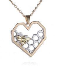 Collier, pendentif motif ruche et abeille en forme de coeur doré et argenté.