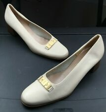 Salvatore Ferragamo Boutique White leather Mid Heel Pump Gold Bar Sz 9 Narrow 2A