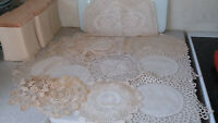 COLLECTION OF VINTAGE LACE CROCHET DOILIES AND A LACE CROCHET TEA COSY