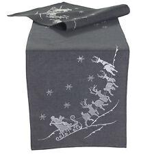 Weihnachtsmann Rentier Schlitten Stickerei  - Tischläufer Grau 40 x 140 cm