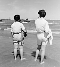 VTG 1950s MEDIUM FORMAT NEGATIVE BEACH SCENE WOMEN CAPRI SHORTS BACK SHOT 371-4